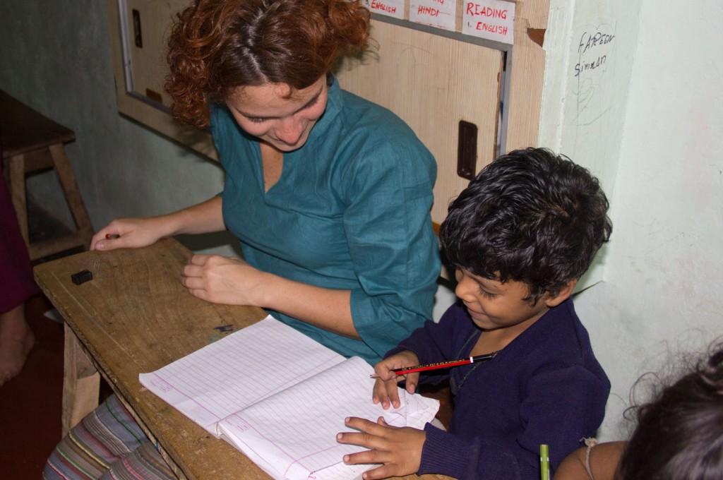 Professora Kris ensinando o ABC