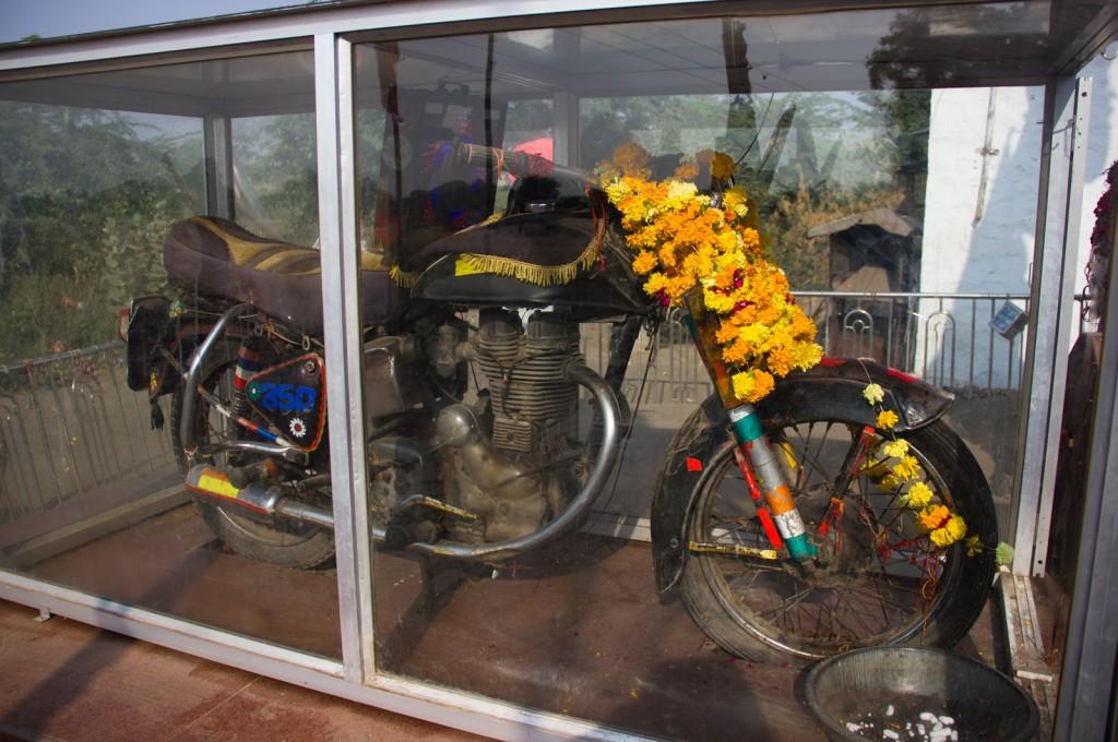 Deus Motocicleta. Uma Norton Einfield Bullet 350, a melhor moto que você pode ter na Índia