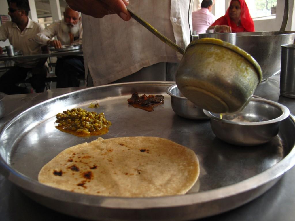 Dal em um bandejão indiano