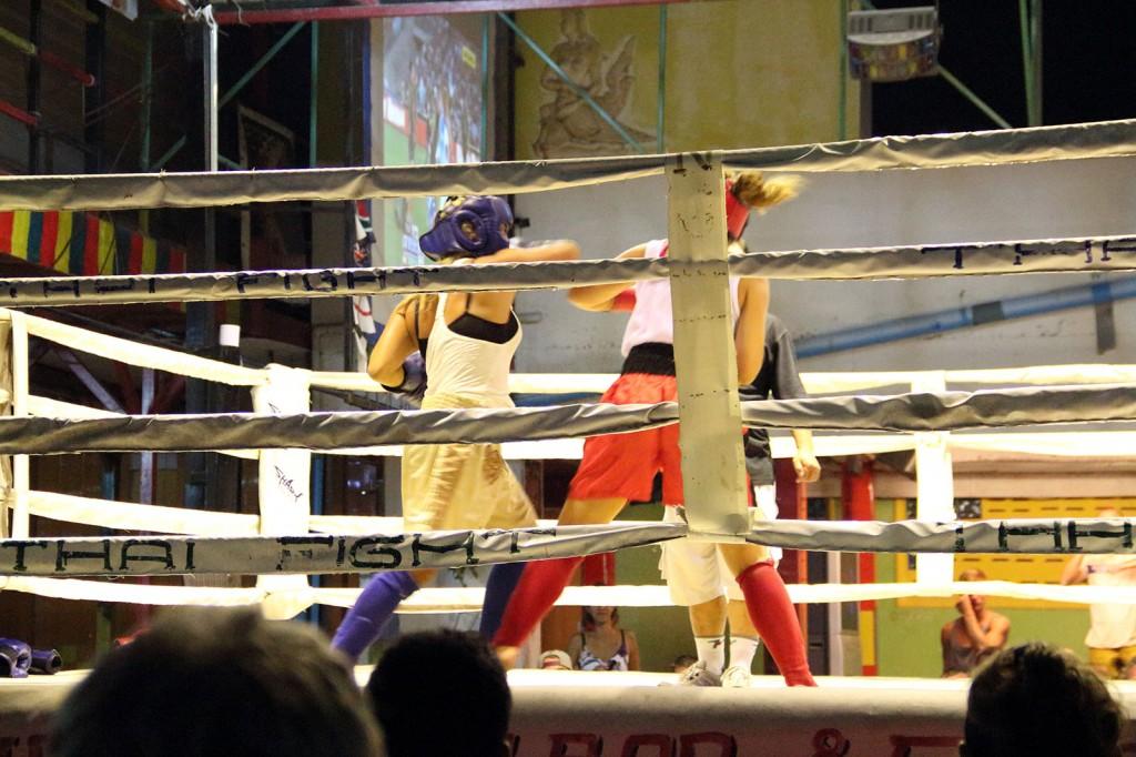 Meninas lutando Muay Thai para beber de graça