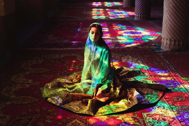 Girl in a mosque. Foto Mihaela Noroc