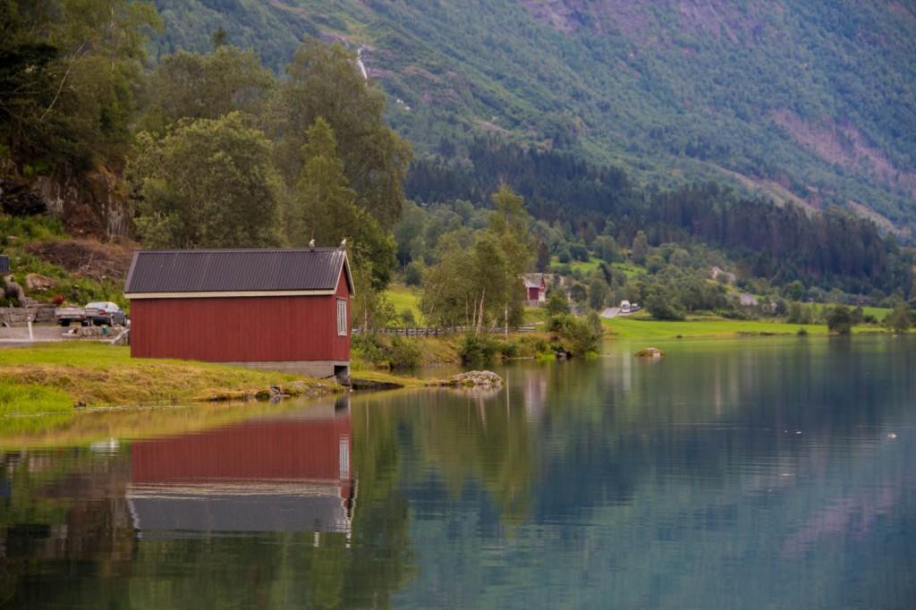 Casa vermelha na beira do Lago Olden
