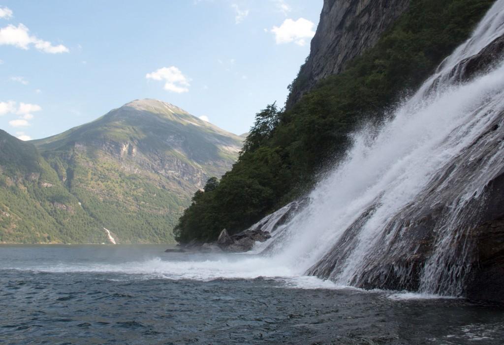 Cachoeira nos fiordes de Geiranger