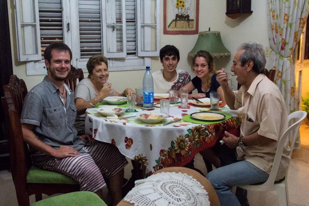 Eu, Mirtha, Ian, Wendy e Santiago. Nossa família cubana.