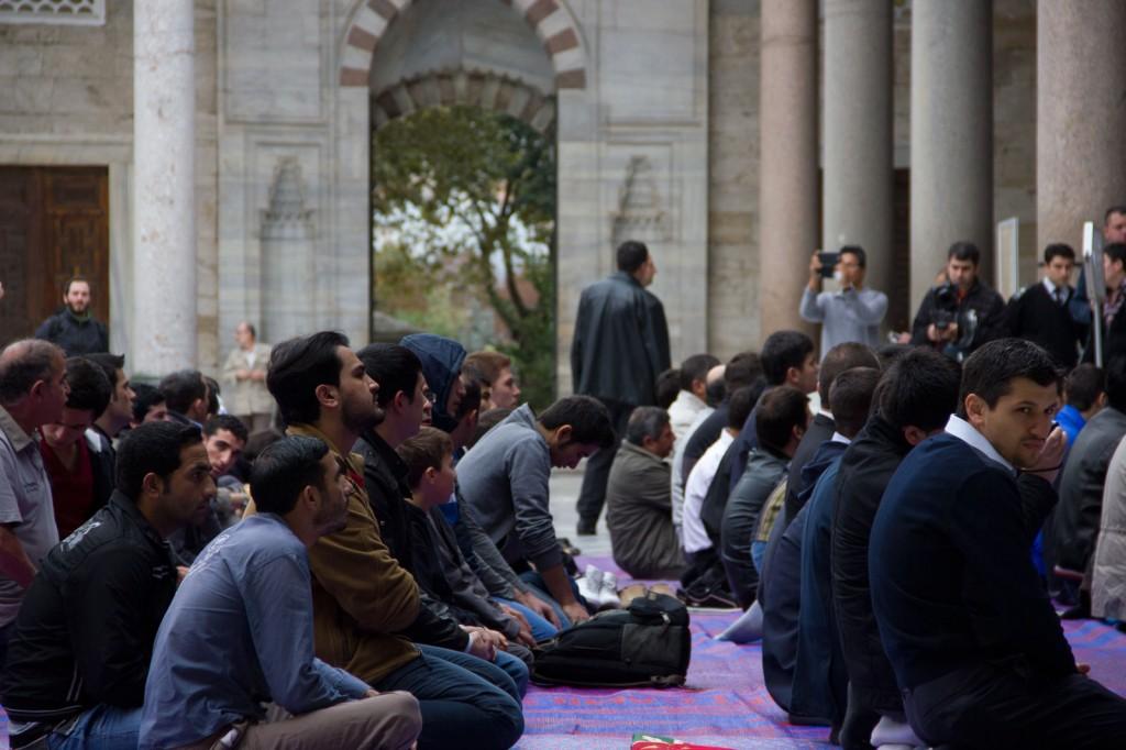 Muçulmanos rezando no Kurban Bayran