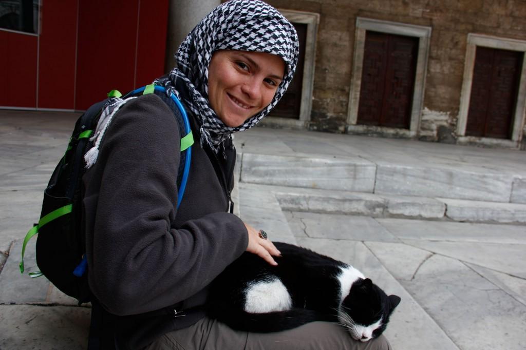 Kris com o gato na Mesquita Azul