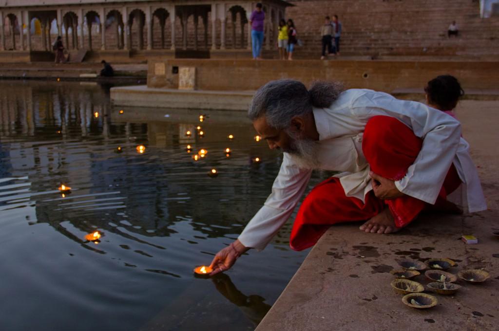 Senhor coloca velas em lago, em Pushkar
