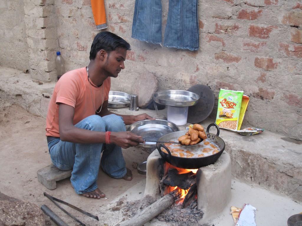 Filho so Suresh fritando o que mais tarde viraria uma farinha