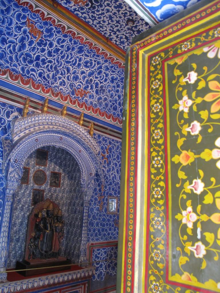 Paredes e portas pintadas no Forte Junagarh