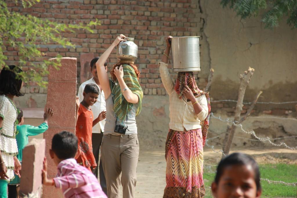 Kris buscando água como uma indiana