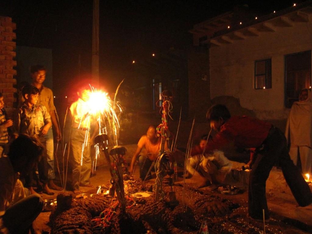 Celebração a noite ao redor do boneco