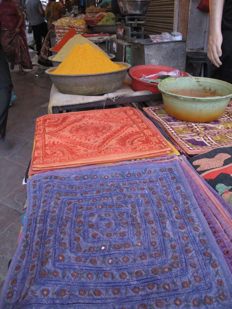 Almofadas e temperos no centro de Jodphur