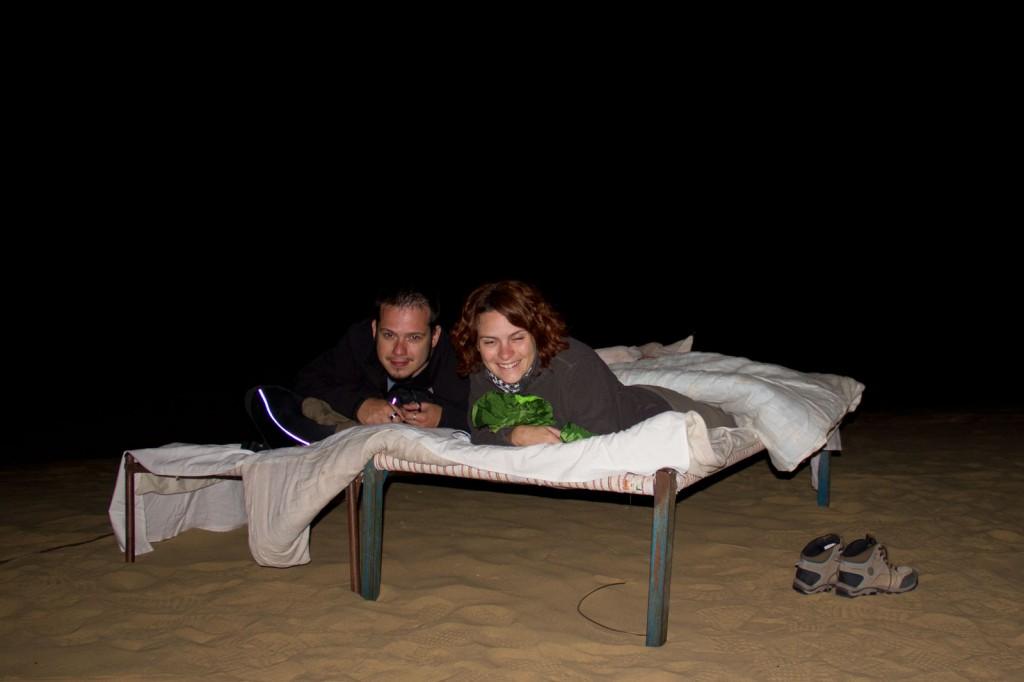 Cama no meio das dunas do deserto