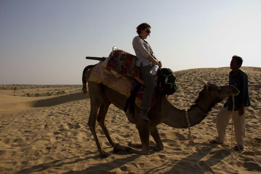 Camelo levantando e assustando a Kris