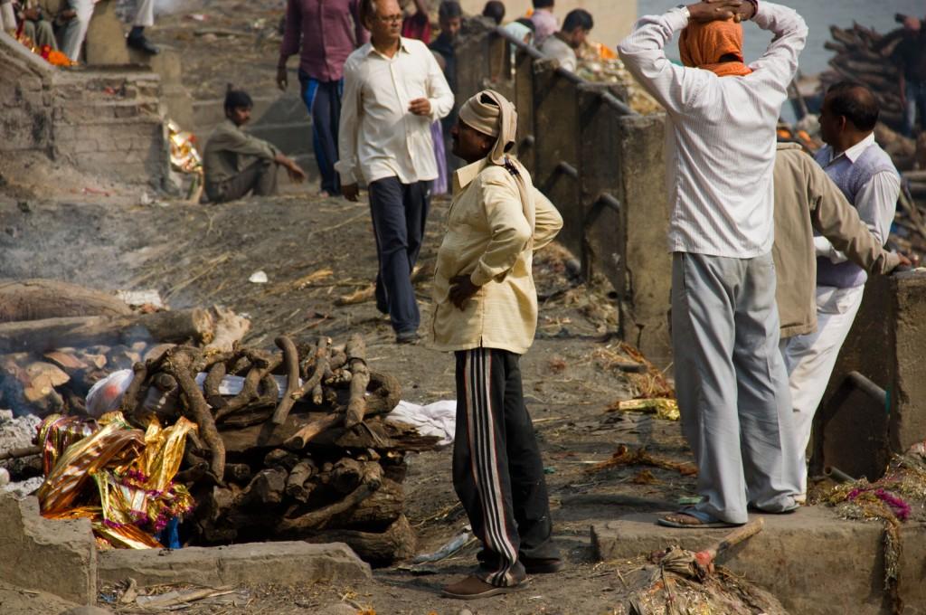 Preparação para cremação a beira do Rio Ganges