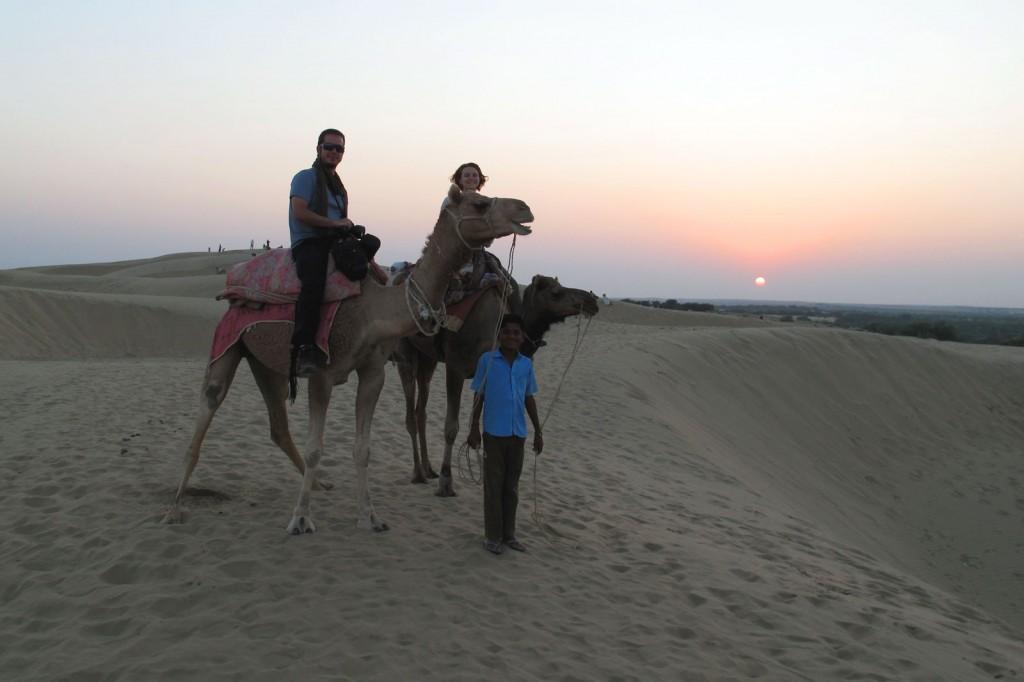 Kris e Igor montados nos camelos