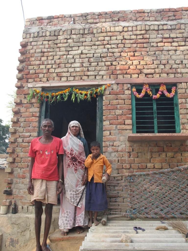 Irmã do Surech e família na porta da sua casa