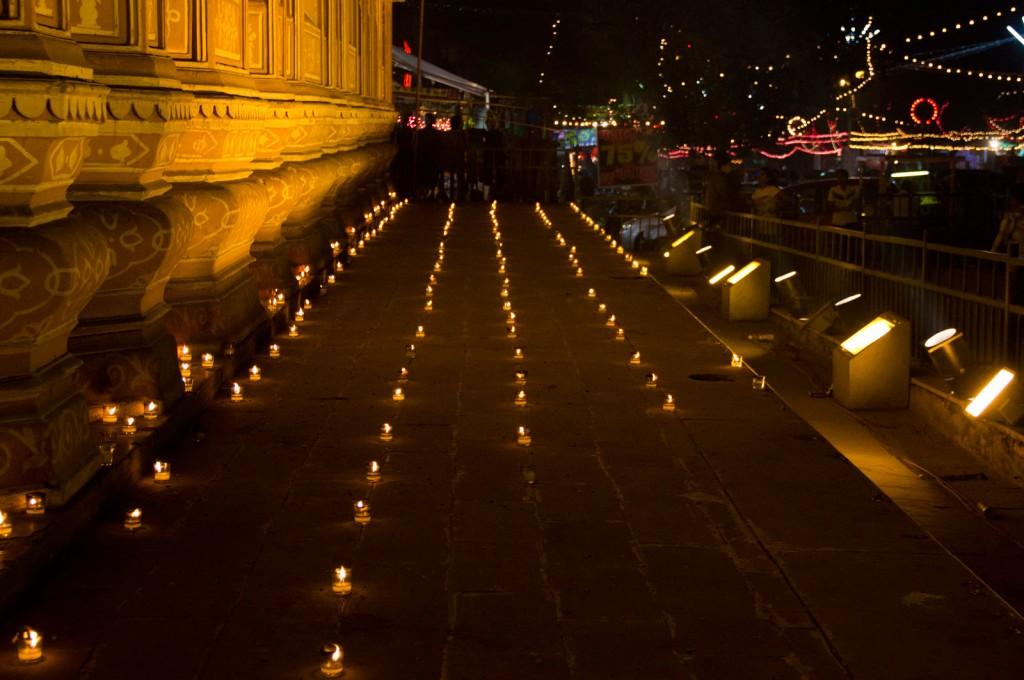 Velas nas ruas de Jaipur, para o Diwali