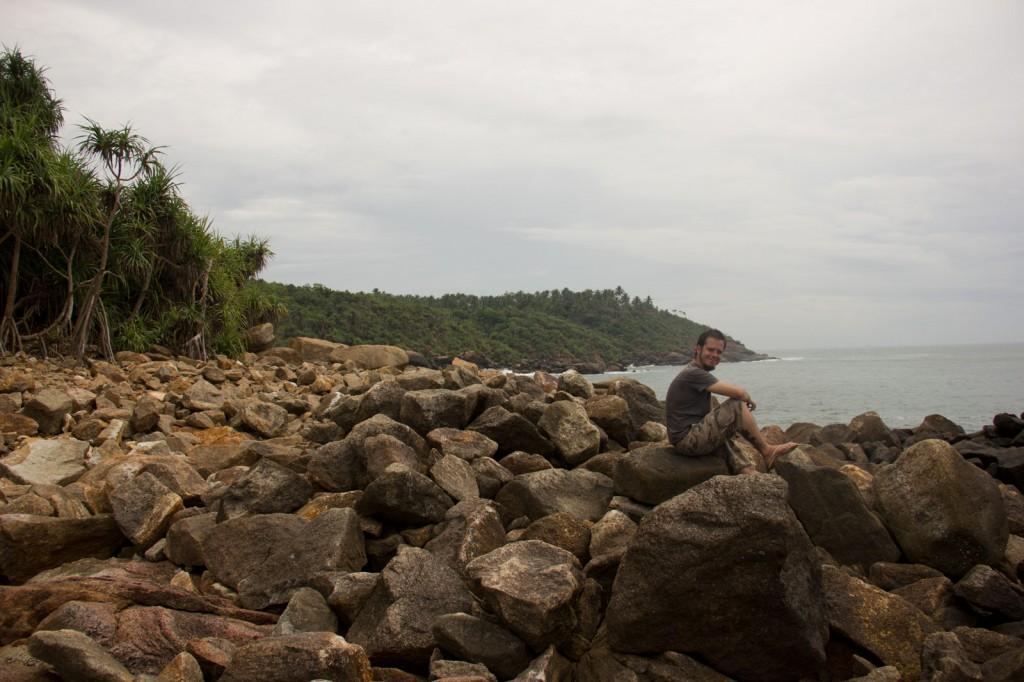 Igor observando a água bater nas pedras