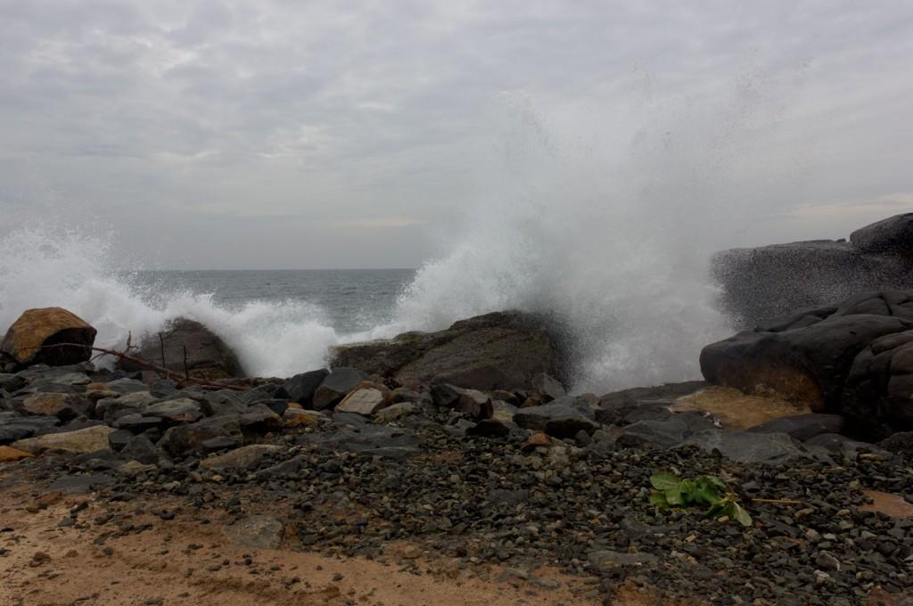 Água batendo nas pedras na praia de Unawatuna