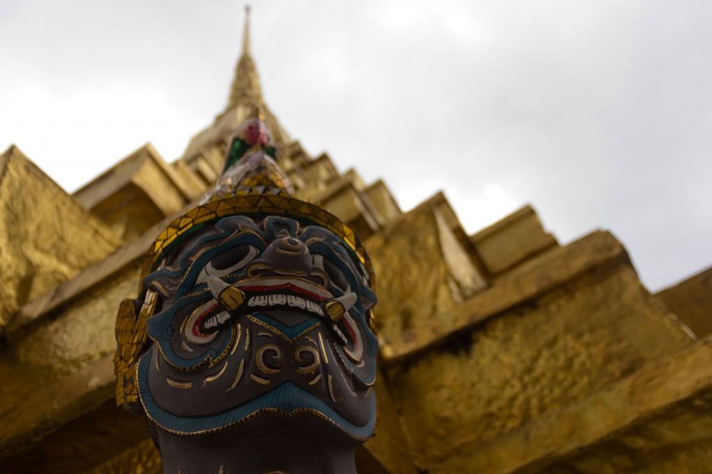 Yaksha sustentando uma das inúmeras torres
