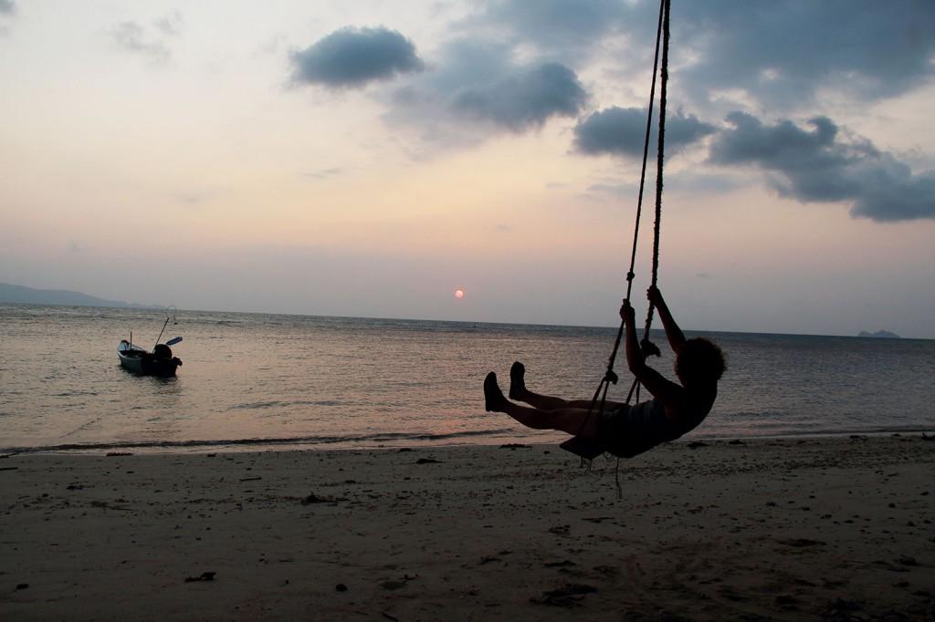 Kris no balanço na praia do Por do Sol