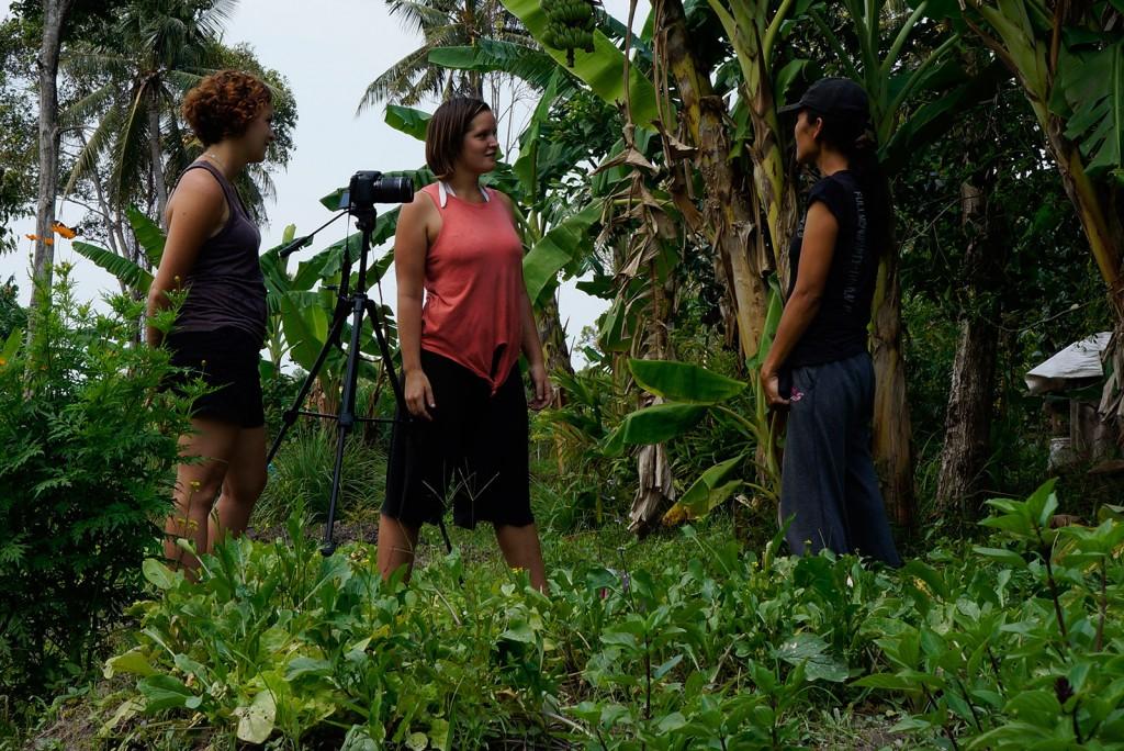 Kris e Tiffany entrevistando a Pi Sow em sua fazenda orgânica