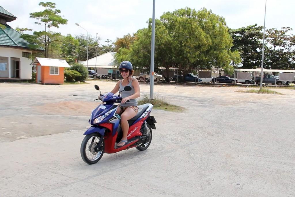 Kris aprendendo a andar de moto