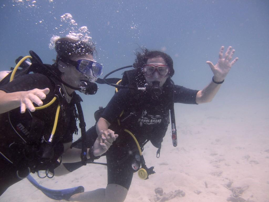 Eu e minha mãe de mãos dadas no fundo do mar