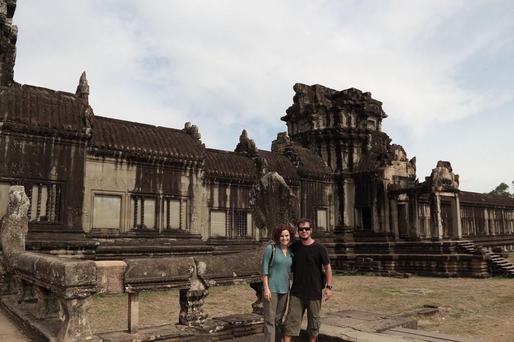 Kris e Igor na entrada do Angkor Wat