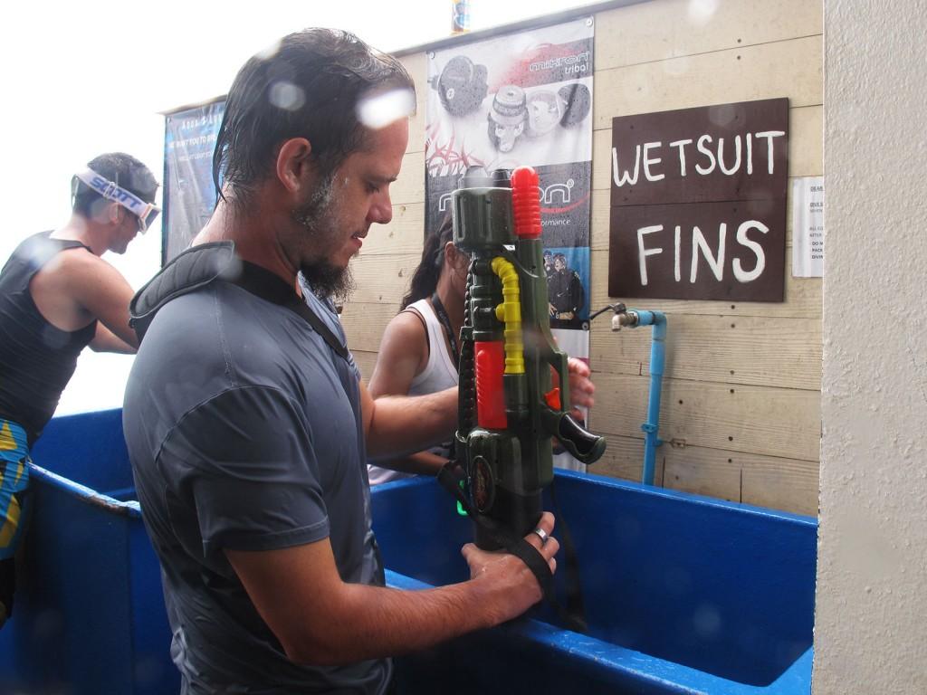 Igor carregando a nossa arma de água