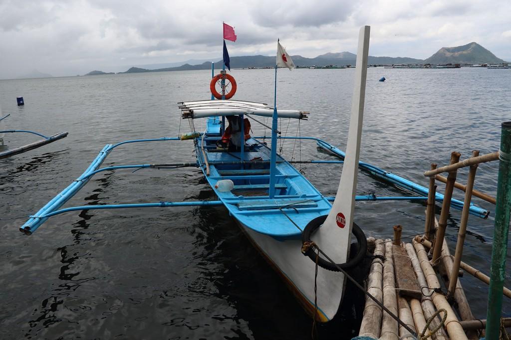 Barco feito de fibra de vidro, típico das Filipinas