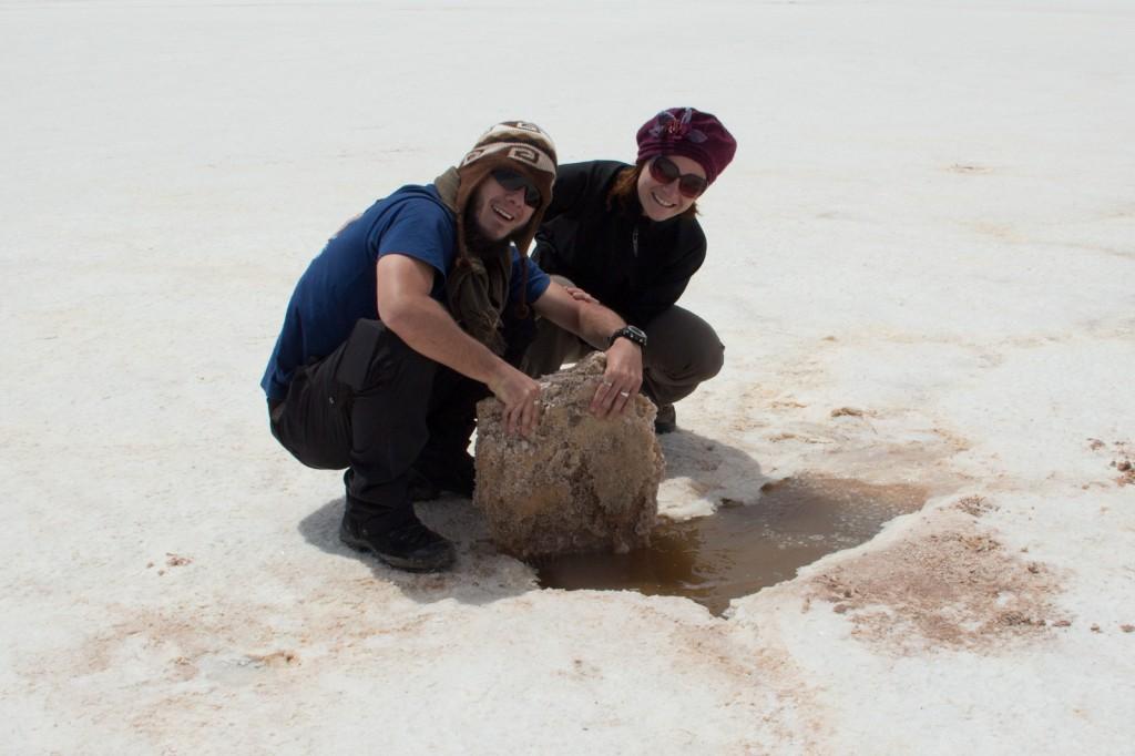 Pedaço de sal e a água localizada abaixo dele