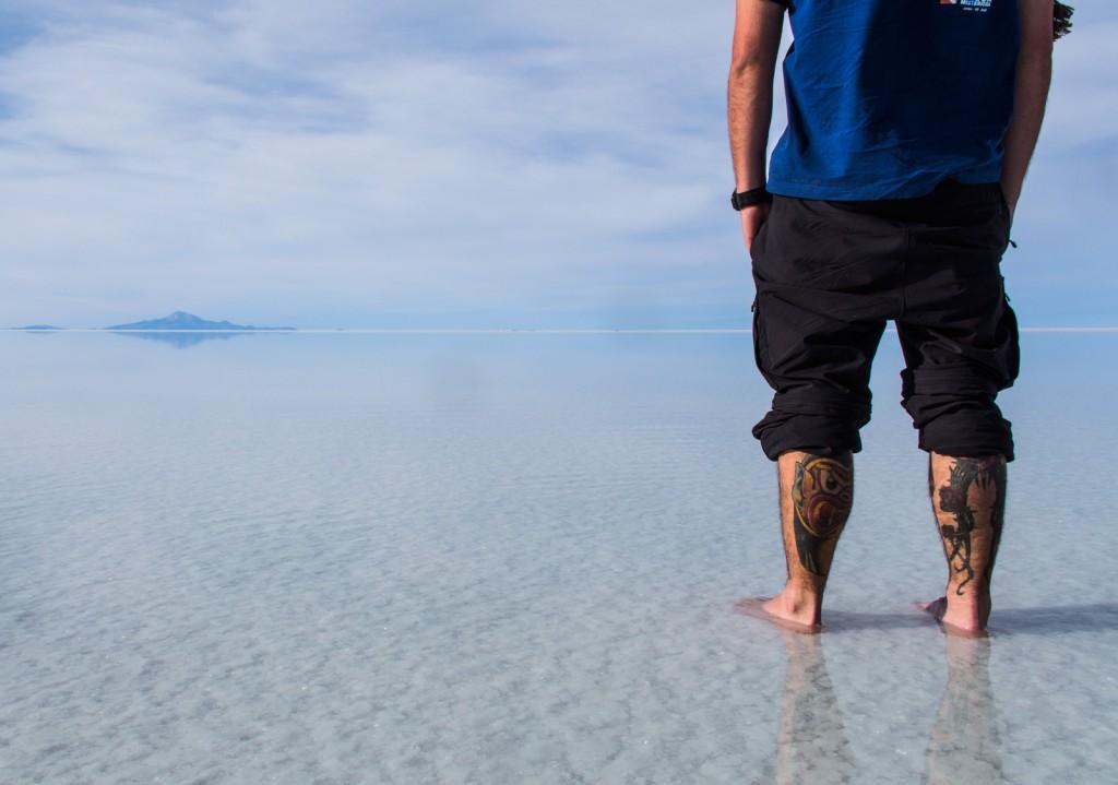 Igor com os pés descalços no Sal
