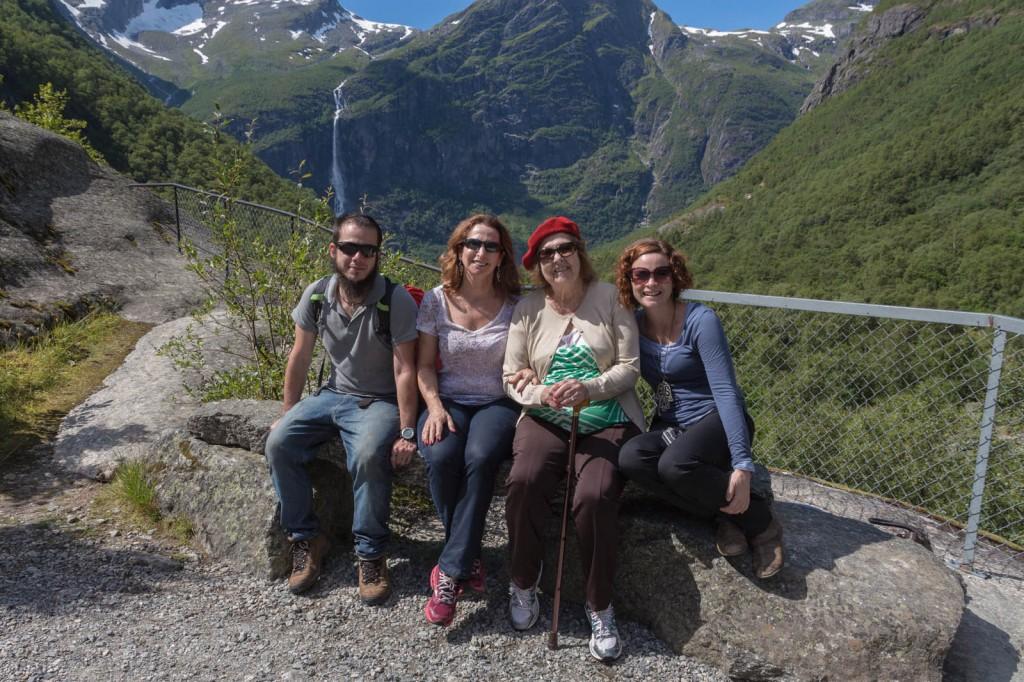 Igor (genro), Eleanor (mãe), Cynthia (vó) e Kris (neta) a caminho da Geleira Briksdalen